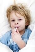 8878315-nia-o-con-un-terma-metro-en-la-boca-tomando-su-temperatura-acostado-en-la-cama-con-una-gripe